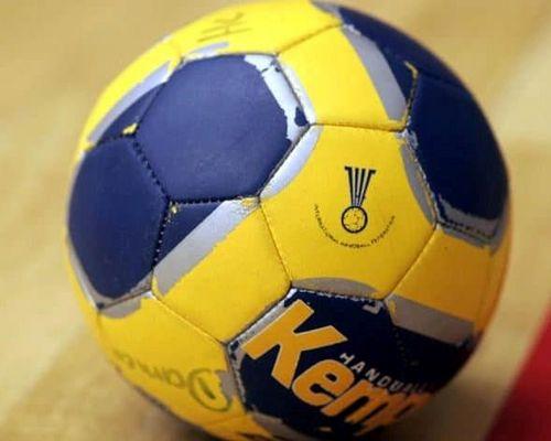 Handball auf dem Boden liegend